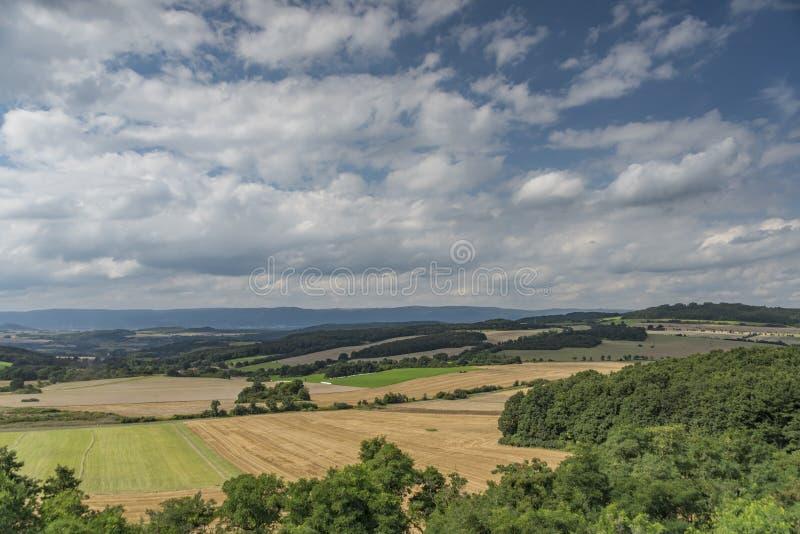 Les montagnes de Ceske Stredohori s'approchent de la nouvelle route D8 photographie stock