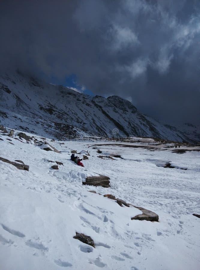 Les montagnes de glace de Kullu Manali Shimla opacifient le voyage par la route de patinage de chutes de neige images stock