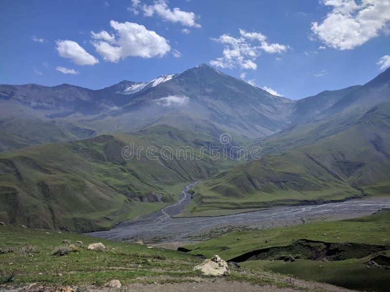 Les montagnes de montagne aménagent des cloudes en parc de ciel de bazardjuzju de Caucase de rivière images stock