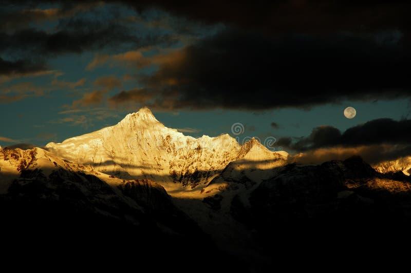 Les montagnes de neige photographie stock libre de droits
