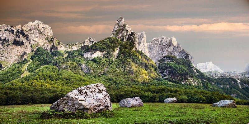 Les montagnes de Prokletije dans la vallée de Grebaje au Monténégro photographie stock libre de droits