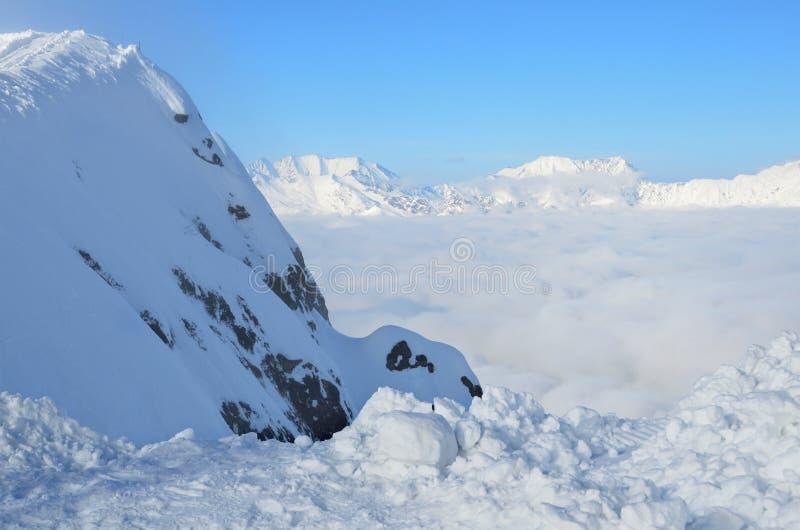 Les montagnes de Sotchi, Russie, Caucase, une couche dense de nuages au-dessus de la vallée de Rosa Regardez de Rosa Peak photo stock
