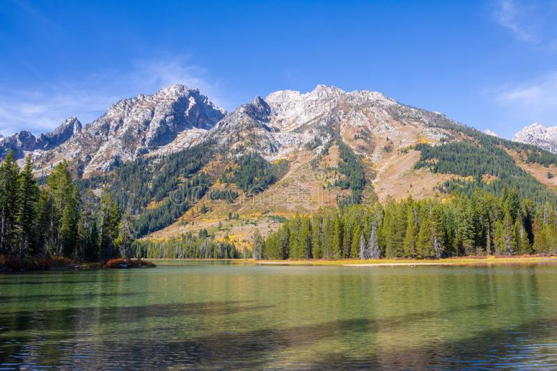 Les montagnes de Teton s'approchent du lac string images stock