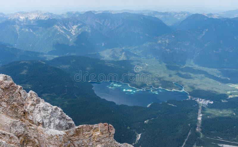 Les montagnes des Alpes et du lac Eibsee, Allemagne photographie stock
