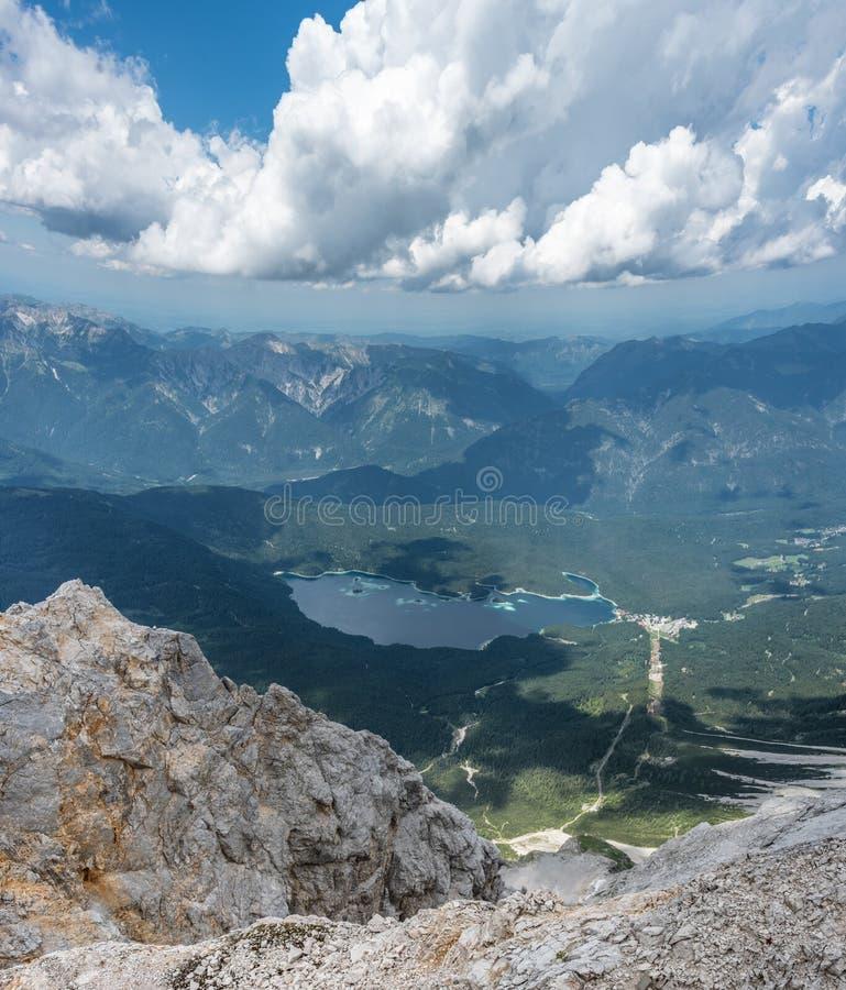 Les montagnes des Alpes et du lac Eibsee, Allemagne photos libres de droits