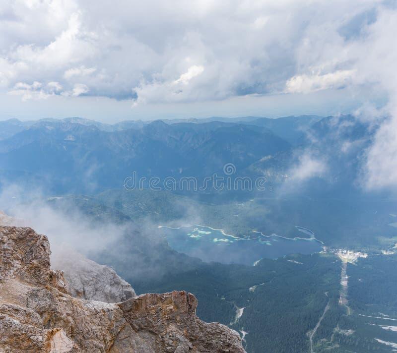 Les montagnes des Alpes et du lac Eibsee, Allemagne images stock