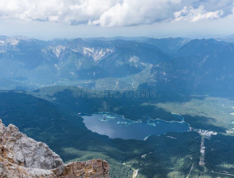 Les montagnes des Alpes et du lac Eibsee, Allemagne images libres de droits