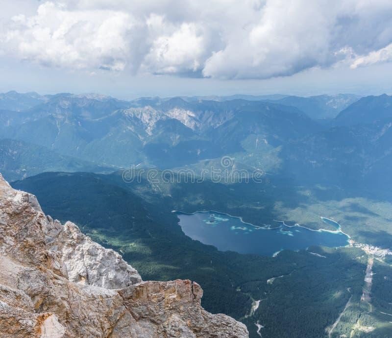 Les montagnes des Alpes et du lac Eibsee, Allemagne photo stock