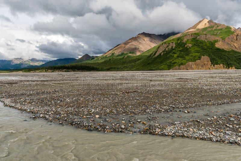 Les montagnes dominent d'un gravier à plat en parc national du ` s Denali de l'Alaska photo libre de droits