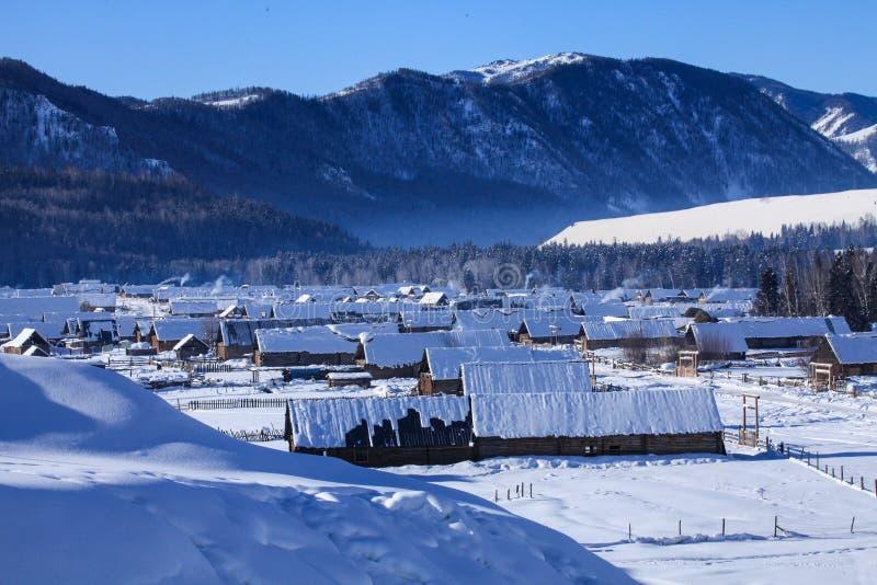Les montagnes et les bergers de Kazakh autoguident images stock