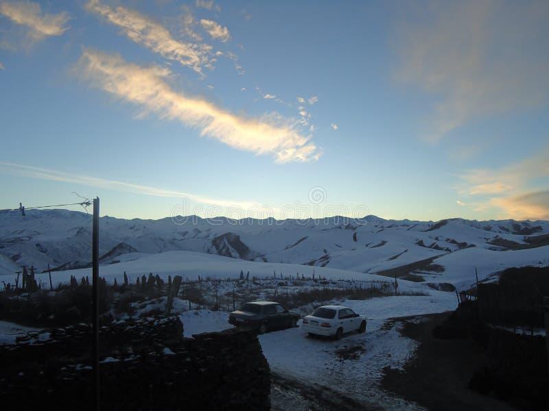 Les montagnes La neige de observation de femme a couvert des montagnes photographie stock libre de droits