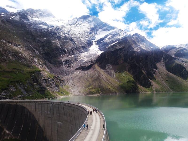 Les montagnes massives et les lacs alpins photographie stock