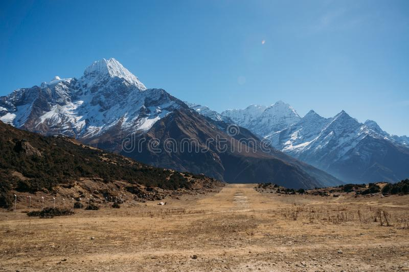 les montagnes neigeuses étonnantes aménagent en parc, le Népal, Sagarmatha, image libre de droits