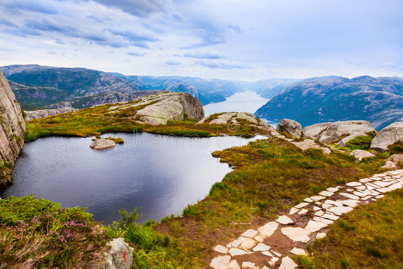 Les montagnes près du pupitre de prédicateurs basculent dans le fjord Lysefjord - non images libres de droits