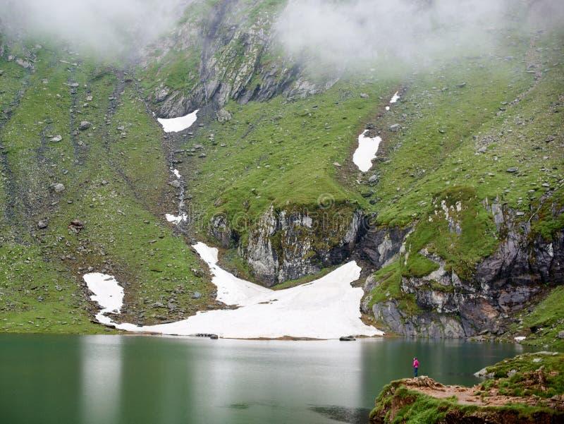 Les montagnes puissantes sont brouillard et lac couverts au bas de la page, Roumanie photographie stock libre de droits