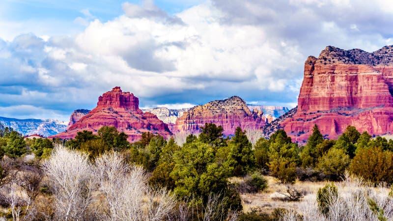 Les montagnes rouges de roche ont appelé Bell Rock, du côté gauche, et partie de butte de tribunal, du côté droit, près de la vil image stock