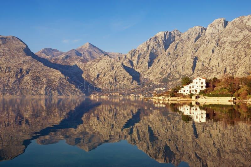 Les montagnes se sont reflétées dans l'eau, paysage méditerranéen d'hiver Monténégro, baie de Kotor photo stock