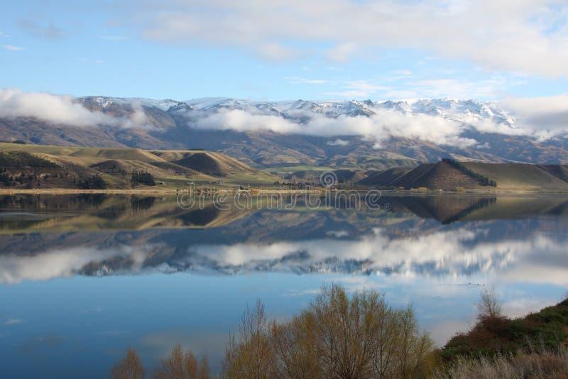 Les montagnes se sont reflétées dans le lac Dunstan Nouvelle Zélande images stock