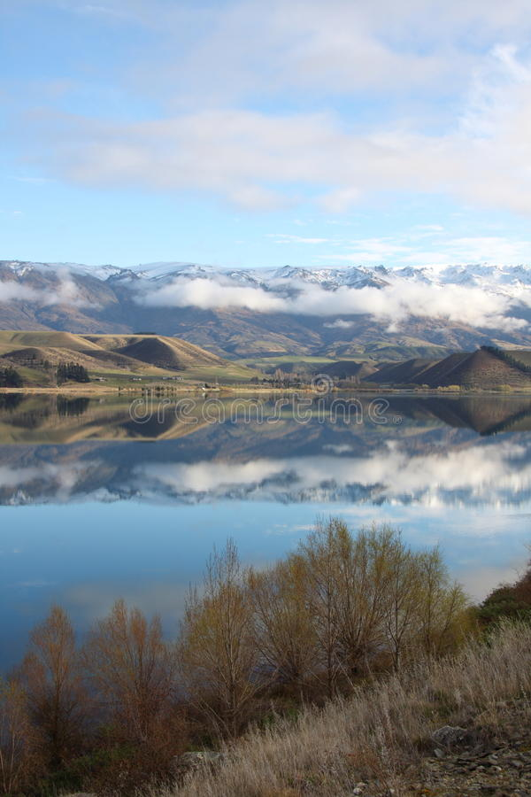 Les montagnes se sont reflétées dans le lac Dunstan Nouvelle Zélande photos stock
