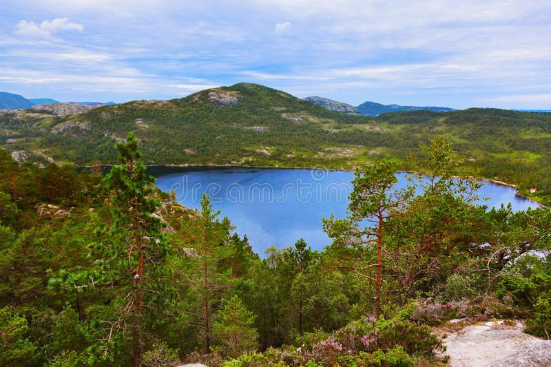 Les montagnes sur le chemin au pupitre de prédicateurs basculent dans le fjord Lysef images libres de droits