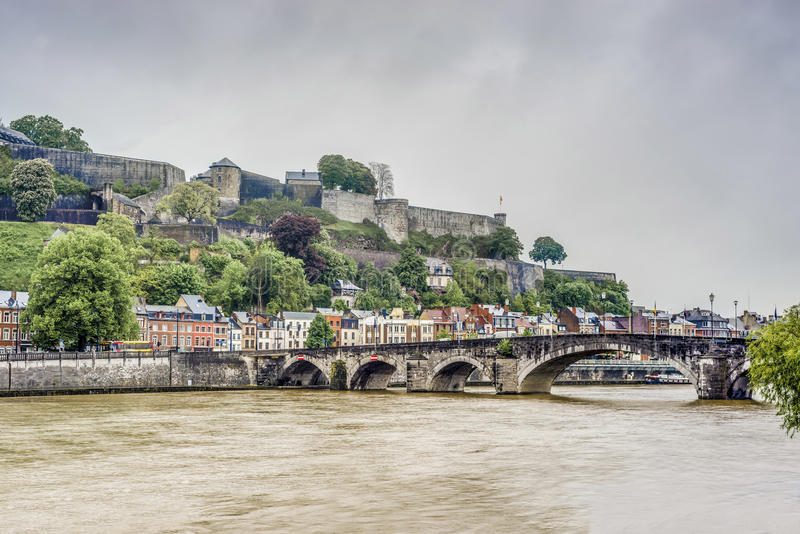 Les montants jettent un pont sur à Namur, Belgique photographie stock