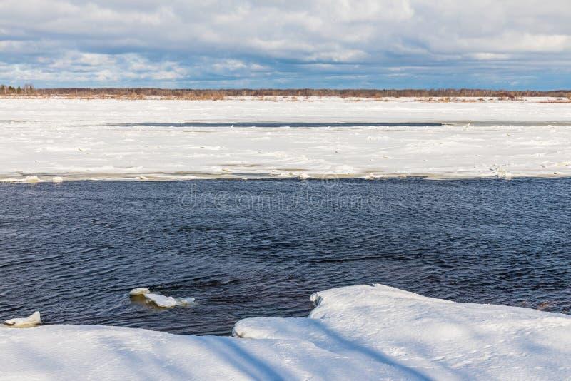 Les monticules et les banquises sur la rivière d'hiver photo libre de droits