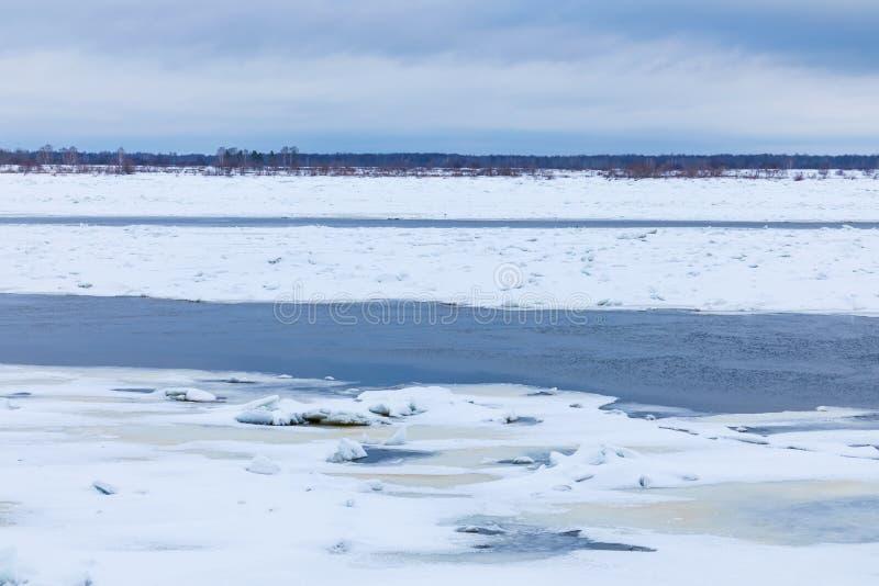 Les monticules et les banquises sur la rivière d'hiver images libres de droits