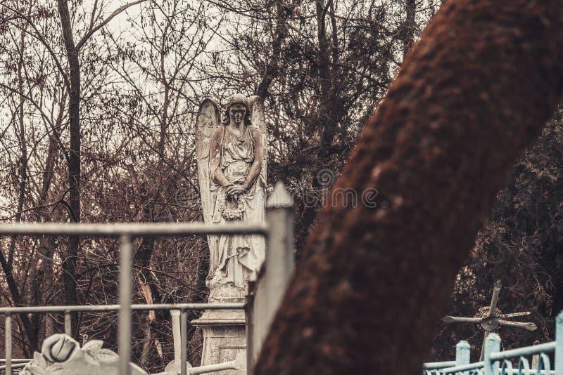 Les monuments antiques de pierres tombales de cimetière des spiritueux de fantôme de mystère de mysticisme d'anges apportent la m images libres de droits