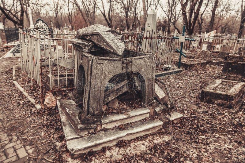 Les monuments antiques de pierres tombales de cimetière des spiritueux de fantôme de mystère de mysticisme d'anges apportent la m image stock