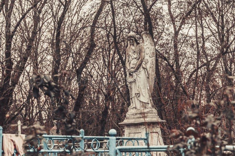 Les monuments antiques de pierres tombales de cimetière des spiritueux de fantôme de mystère de mysticisme d'anges apportent la m photo stock