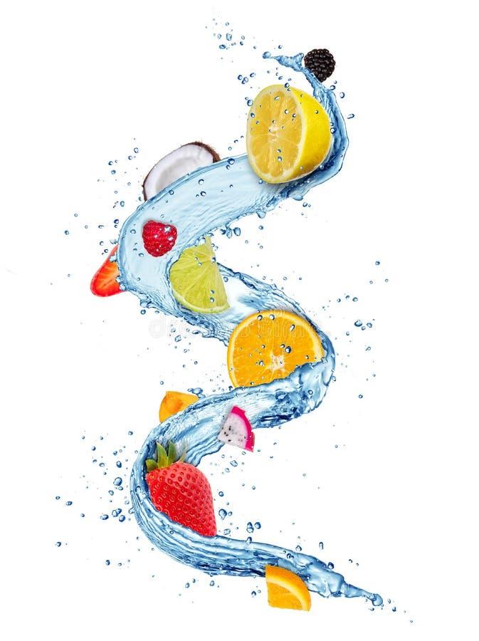 Les morceaux de fruit frais dans l'eau éclabousse d'isolement sur le backgr blanc image stock