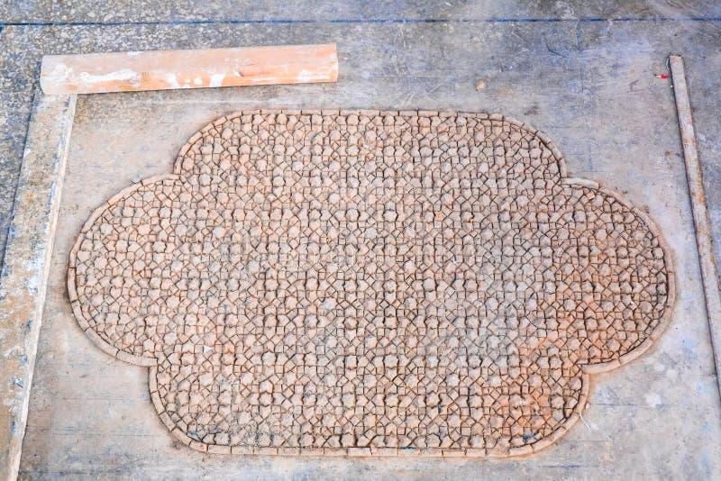 Les morceaux face dessous de terre cuite de Zellige ont glacé des tuiles pour former un modèle de mosaïque marocain Fez Maroc image stock