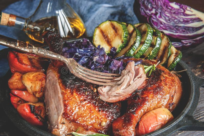 Les morceaux marinés de canard ont grillé avec le chou rouge, l'oignon rôti et les pommes grillés et servis dans un style rustiqu image stock