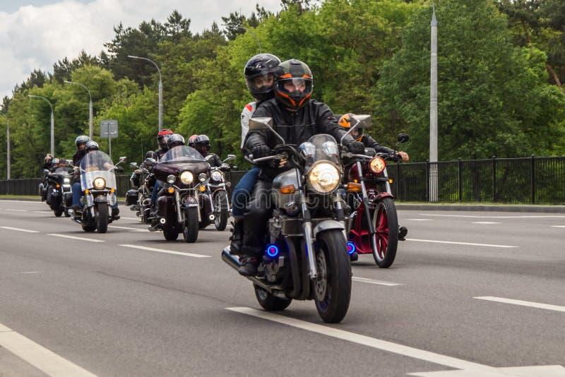 Les motards de moto montent sur la route sur les p?riph?ries de la ville image stock