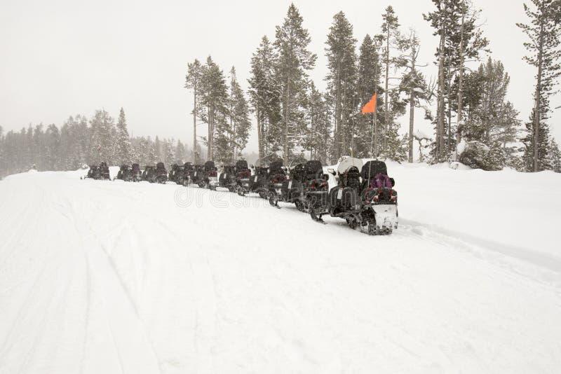 Les motoneiges se sont garés sur la route en parc national de Yellowstone dans le winte photos libres de droits