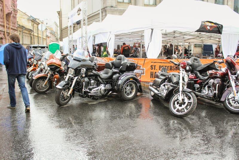 Download Les Motos Sur Le Coin Du Café S'ouvrent Image éditorial - Image du moto, cycliste: 77157105