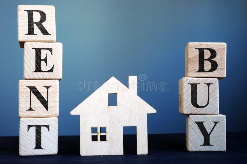 Les mots achètent ou louent et modèle de maison photographie stock libre de droits
