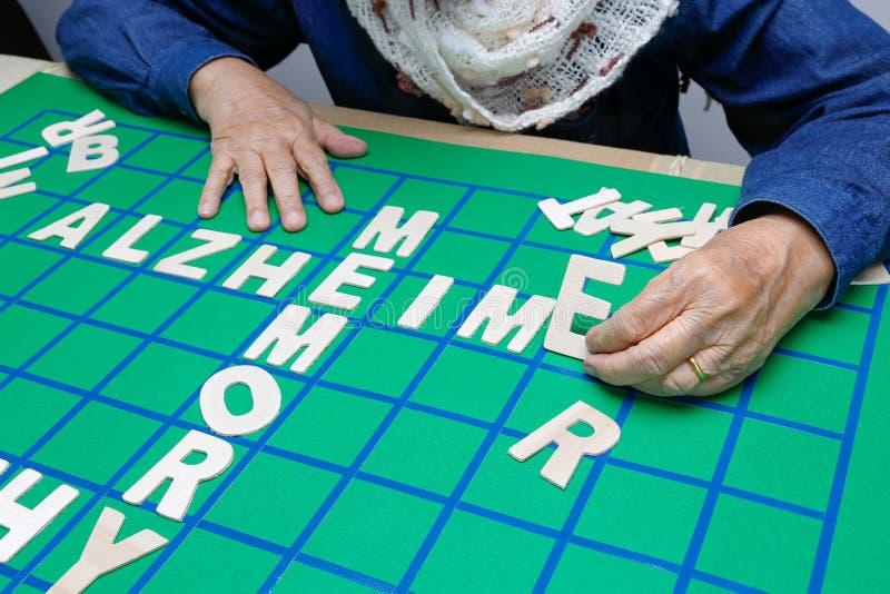 Les mots croisé pour des personnes âgées, aident à améliorer la mémoire et le cerveau images libres de droits