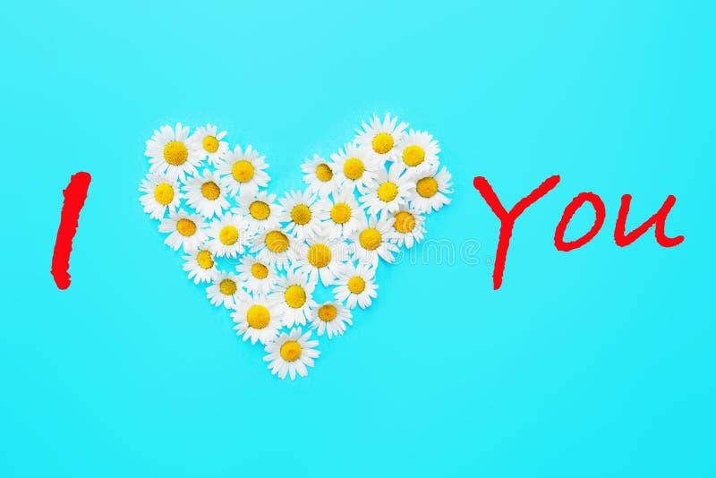 Les mots je t'aime avec des marguerites dans une forme de coeur illustration de vecteur