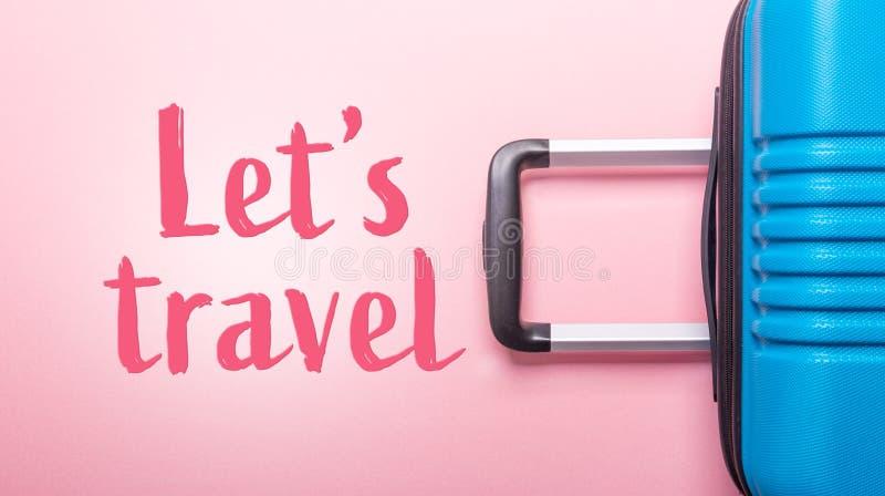Les mots nous ont laissés voyager valise bleue des vacances d'été créatives roses en pastel de fond, vacances, bannière de concep photographie stock