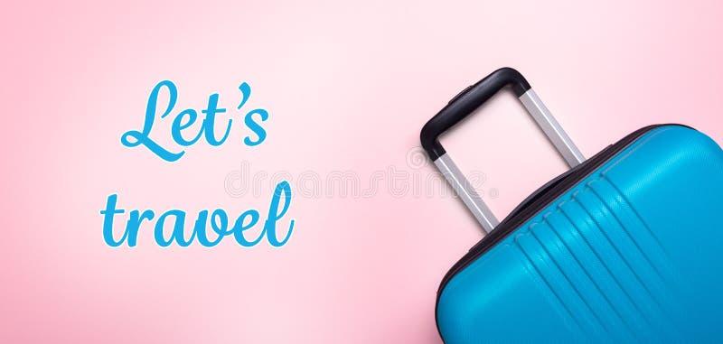 Les mots nous ont laiss?s voyager valise bleue des vacances d'?t? cr?atives roses en pastel de fond, vacances, banni?re de concep images stock