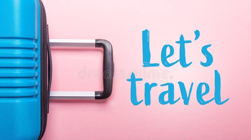 Les mots nous ont laiss?s voyager valise bleue des vacances d'?t? cr?atives roses en pastel de fond, vacances, banni?re de concep photos libres de droits