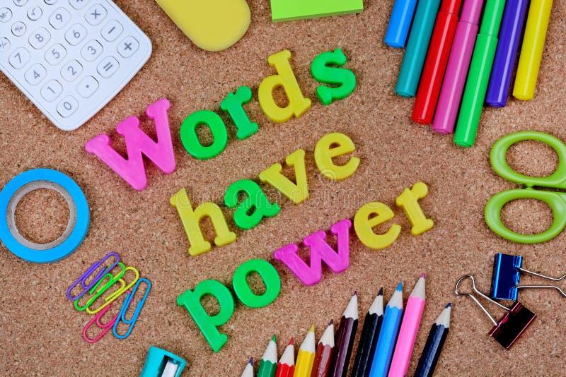 Les mots ont la puissance écrite sur le fond de liège photo stock