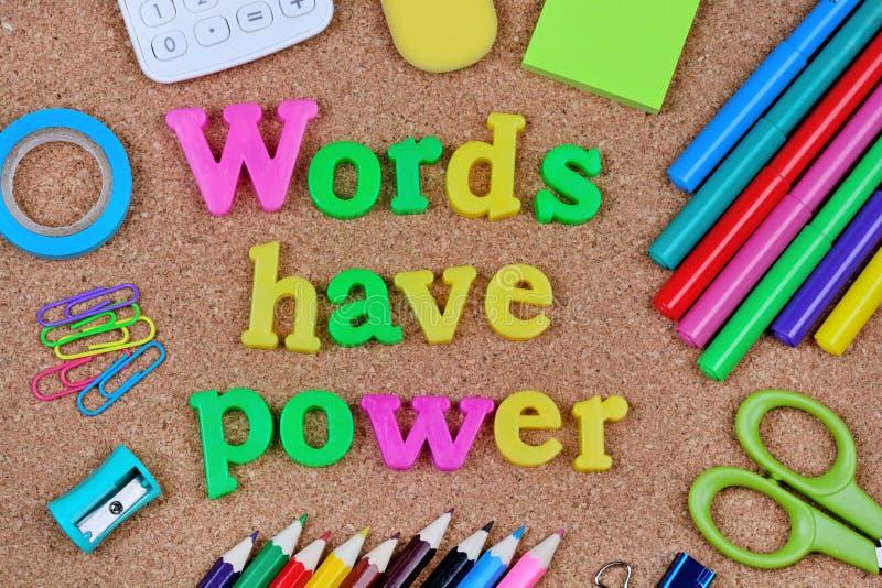 Les mots ont la puissance écrite sur le fond de liège photos libres de droits