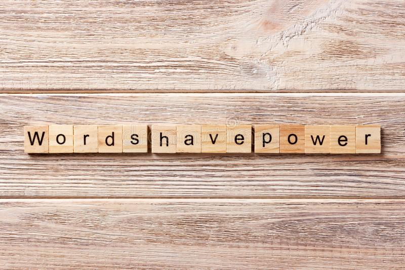 Les mots ont le mot de puissance écrit sur le bloc en bois Les mots ont le texte de puissance sur la table, concept photo libre de droits