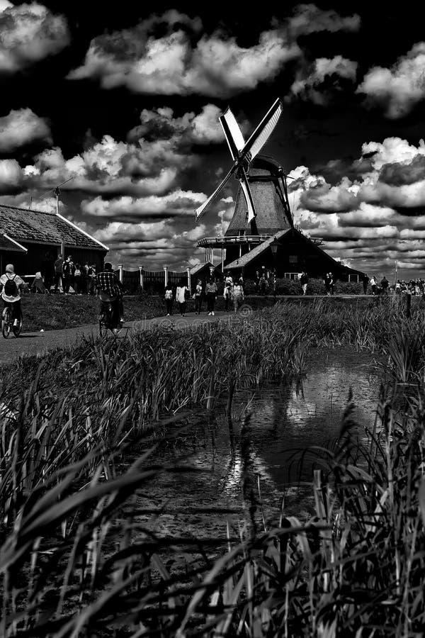 Les moulins à vent noirs et blancs de Zaanse Schans à Zaandem, Hollande photographie stock