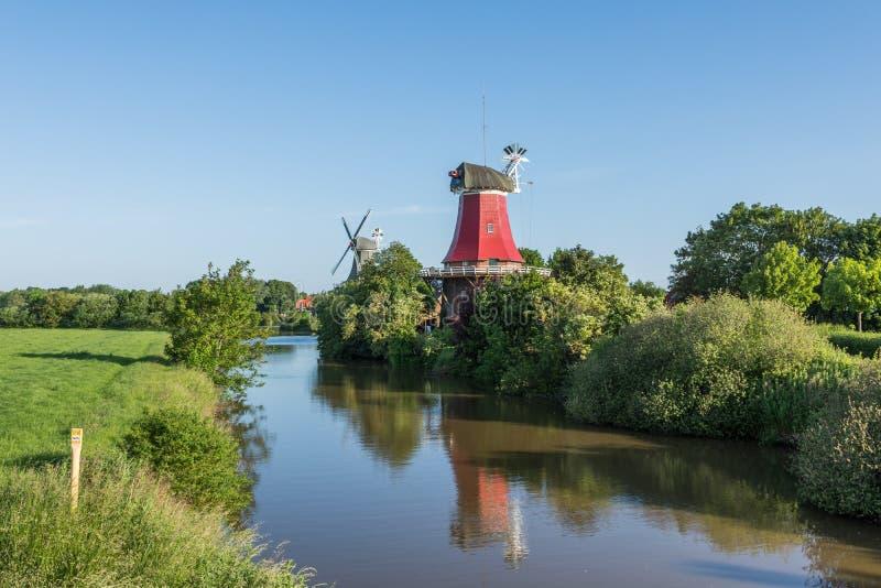Les moulins jumeaux historiques dans Greetsiel, Frisia est, Allemagne photo stock