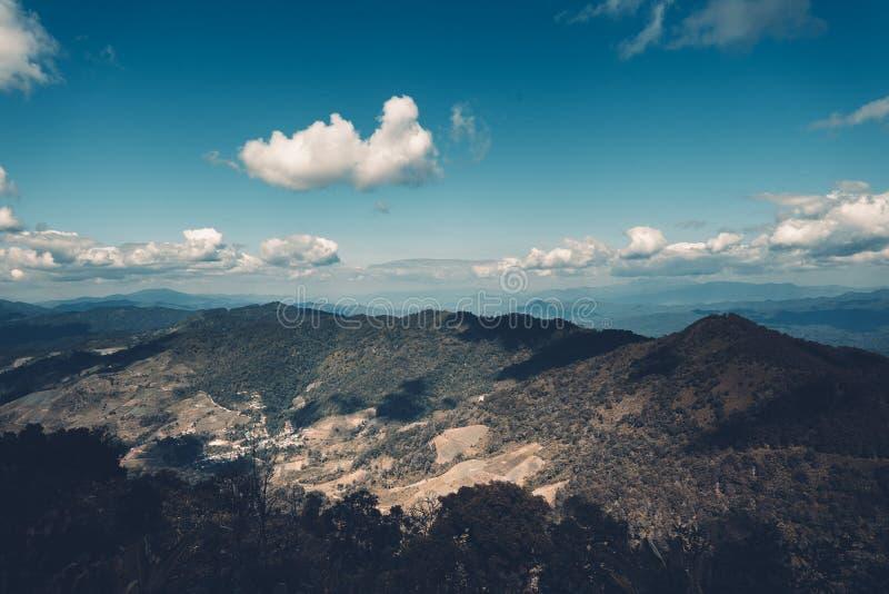 Les Mountain View de ciel et aménagent le ton en parc bleu images stock