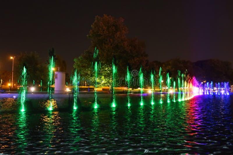 Les multimédia ont coloré des fontaines en parc de Warszaw images stock