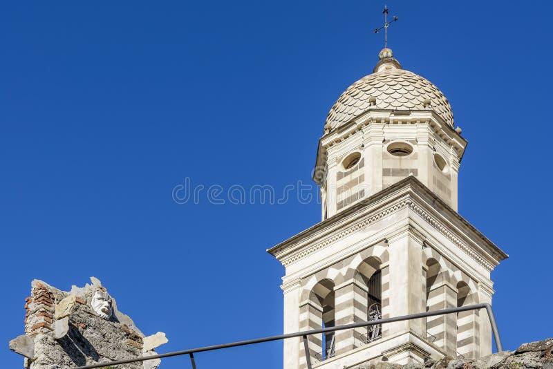 """Les murs antiques du château de Levanto avec un masque étrange là-dessus et de la tour de cloche de l'église de Sant """"Andrea, Lig images libres de droits"""